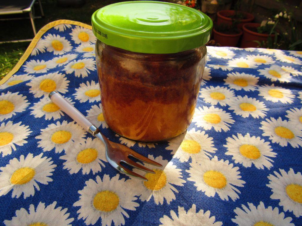 fertiger Kuchen im Glas mit Gabel