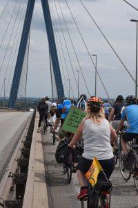 Radfahrer mit Plakat
