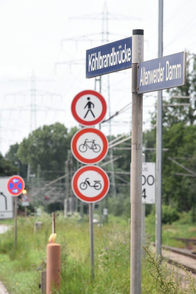 Verbotsschilder an der Köhlbrandbrücke