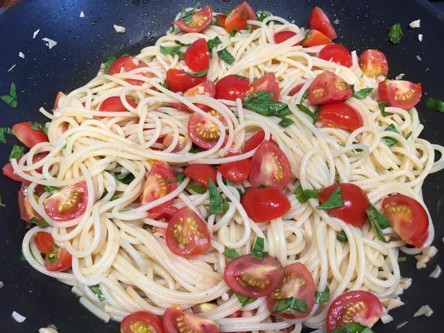 Spagetti mit Tomaten und Basilikum